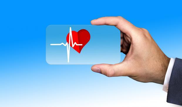 карточка с сердцем м пульсом в мужской руке