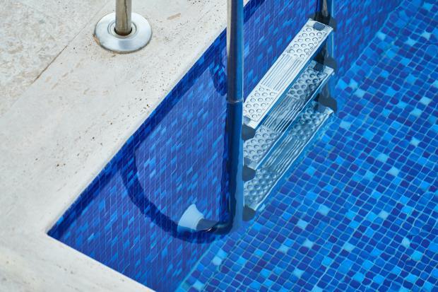 Голубая вода в бассейне