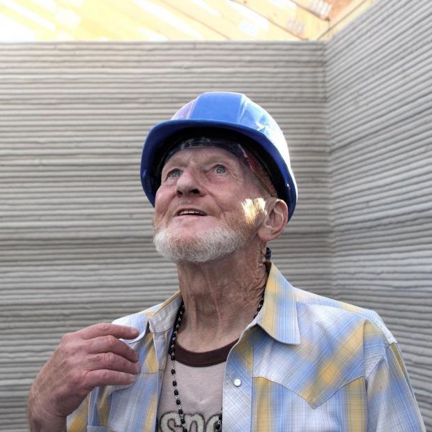 Мужчина в строительной каске