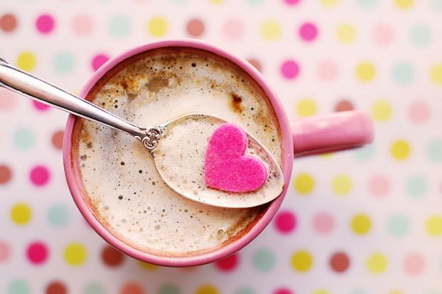 Розовая чаша с какао