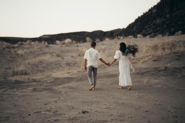влюбленная пара в поле