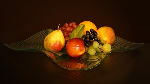 на столе стоит ваза с фруктами