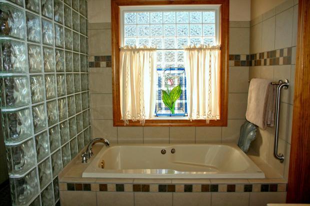 ванная комната с окном и занавесками