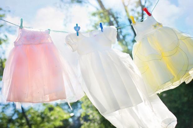 на веревке сохнут детские платья