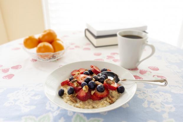 овсянка с ягодами в тарелке, фрукты, чашка с кофе