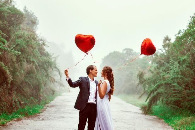 пара мужчина и женщина с шариками в виде сердца