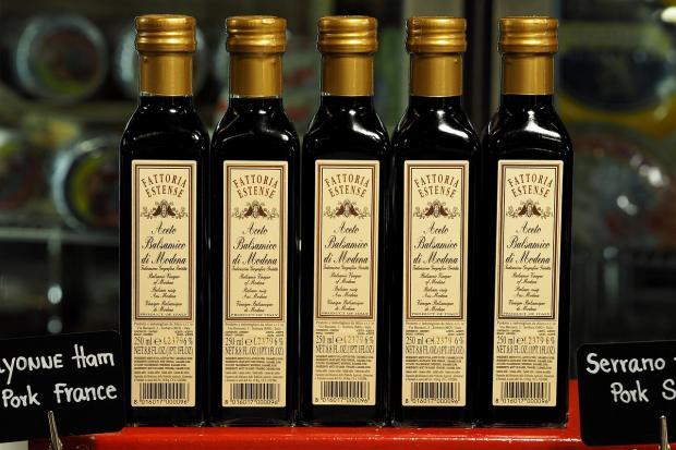 стоящие в ряд бутылки с уксусом