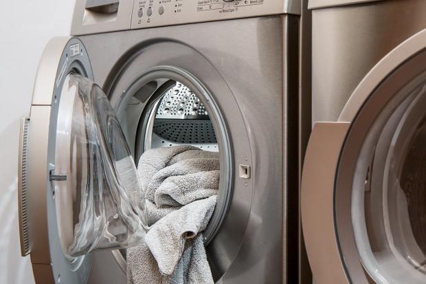 в стиральной машине лежат полотенца