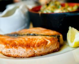 Что приготовить на ужин: рецепт лосося запеченного с помидорами и грибами