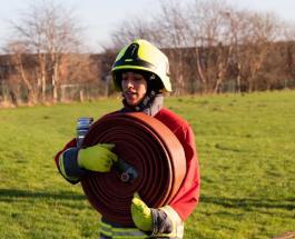 Первая женщина-пожарный в хиджабе работает в Великобритании: история Урусы Аршид