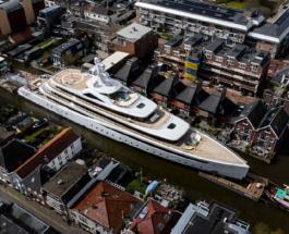 Впечатляющие фото: 95-метровая суперяхта проплывает по узким каналам Роттердама