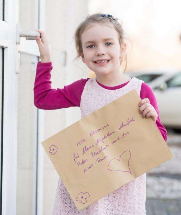 девочка с письмом в руках