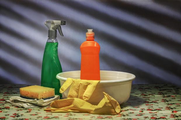 миска, ветошь, моющие средства, губка, перчатки