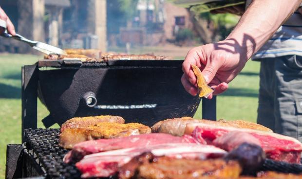 на гриле готовят мясо