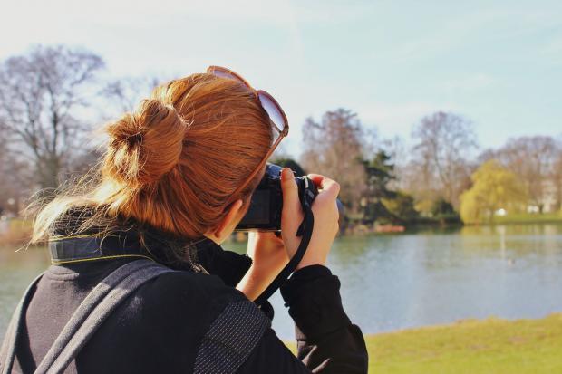 девушка фотографирует пейзаж