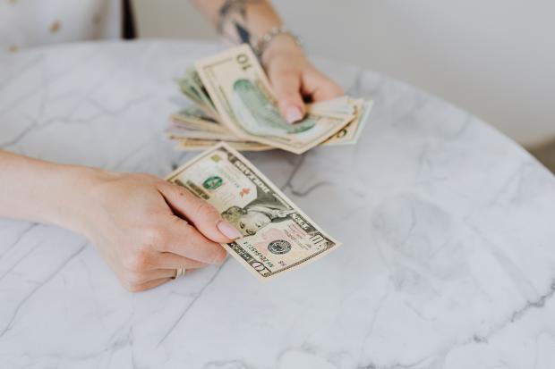 мужские руки, пересчитывающие деньги
