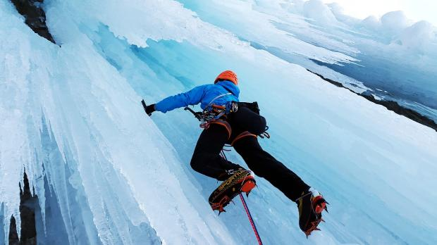 альпинист забирается в гору