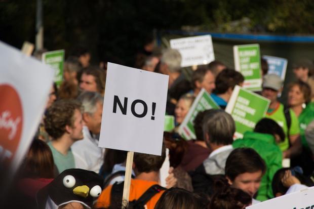 группа людей с плакатом Нет