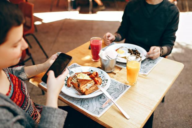 девушки за столиком в кафе