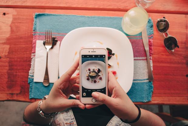 блюдо в объективе телефона