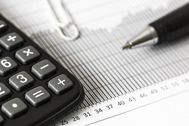 калькулятор, ручка, скрепка, бумаги с цифрами