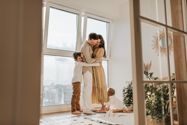 родители и дет стоят, обнявшись