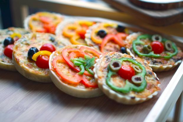 маленькие пиццы на противне