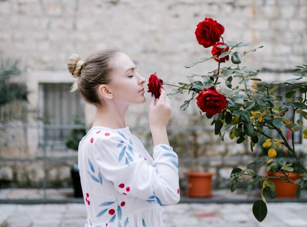 девушка нюхает розу