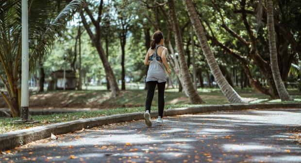 девушка бежит в парке