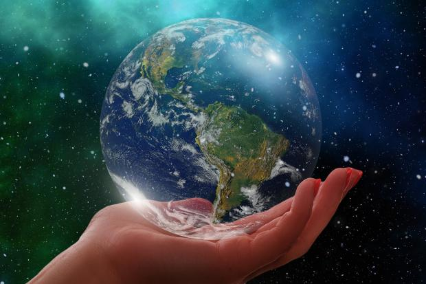 модель Земли на ладони
