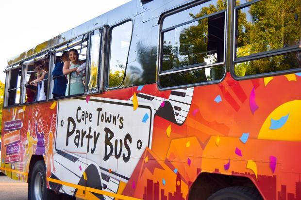 ярко раскрашенный автобус для проведения праздника