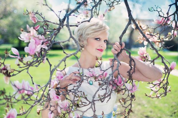 девушка среди цветущих ветвей вишни