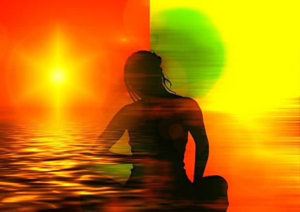 человек медитирует с изменившейся аурой