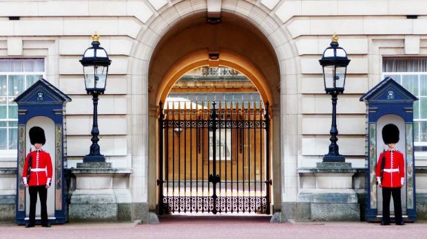 караул возле ворот Букингемского дворца