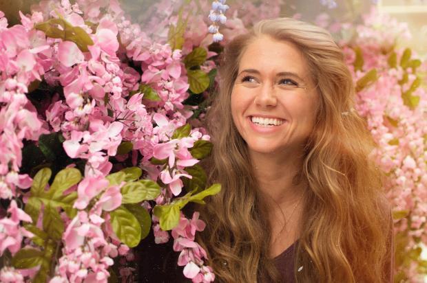 улыбающаяся девушка возле цветущего дерева