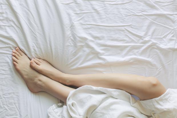 ноги на белой простыне