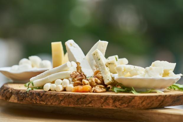 разные виды сыров на тарелке