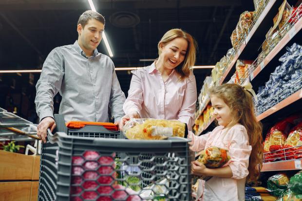 родители с ребенком в супермаркете