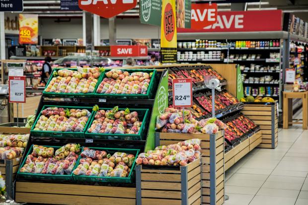 стеллажи с фруктами в супермаркете