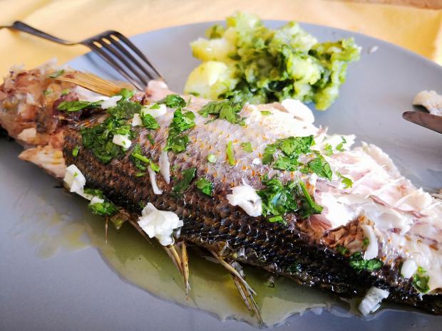 запеченная рыба лежит на тарелке