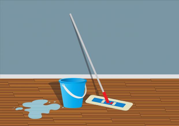 на полу рядом с ведром и шваброй разлито средство для уборки