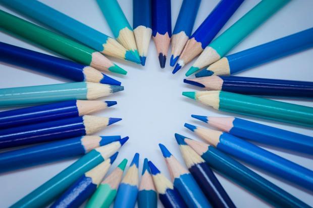 карандаши синих оттенков лежат на столе