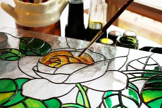 раскрашивают желтый цветок