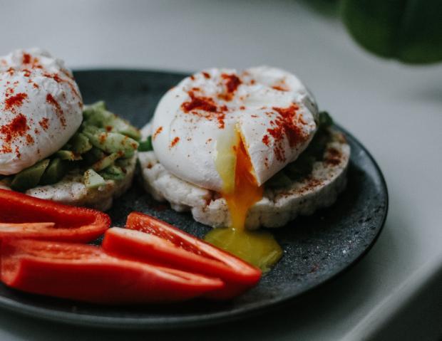 яйца пашот и овощи