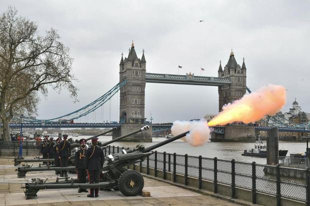 Пушки возле Тауэрского моста