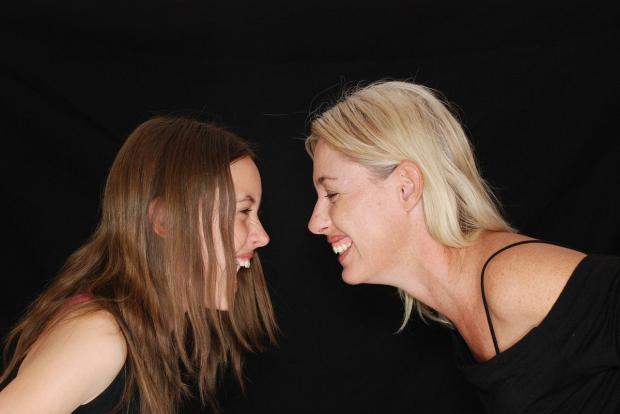две девушки смеются рядом