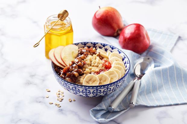 Овсяная каша с фруктовыми добавками (банан и яблоко) и медом / oatmeal