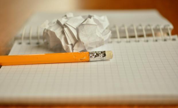 блокнот, карандаш, скомканный лист
