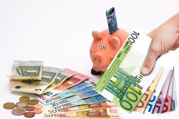 банкноты, монеты, свинья-копилка
