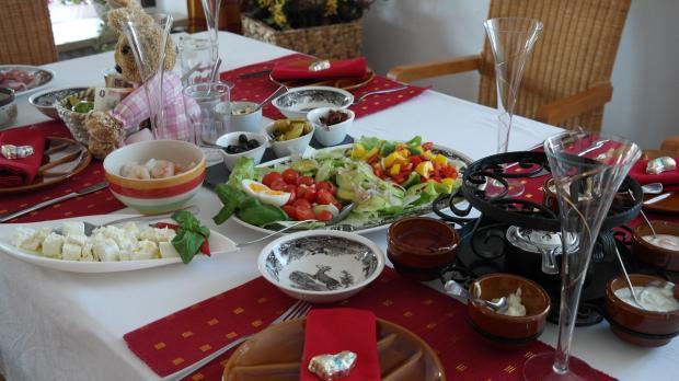 обеденный стол празднично накрыт